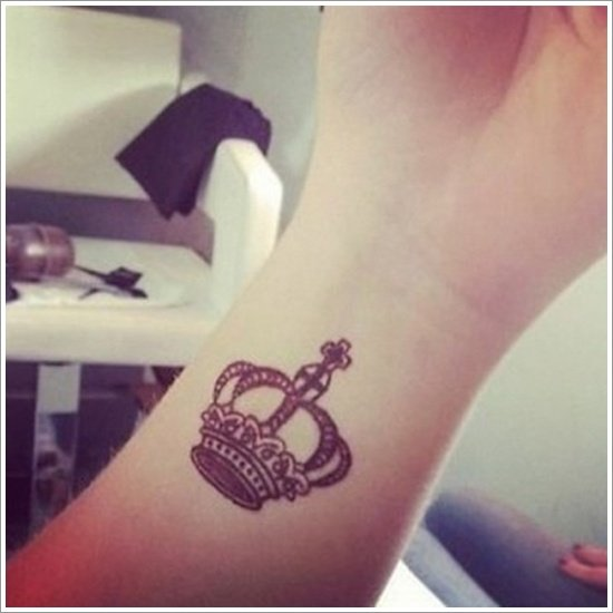 40 Glorious Crown Tattoos and Meanings