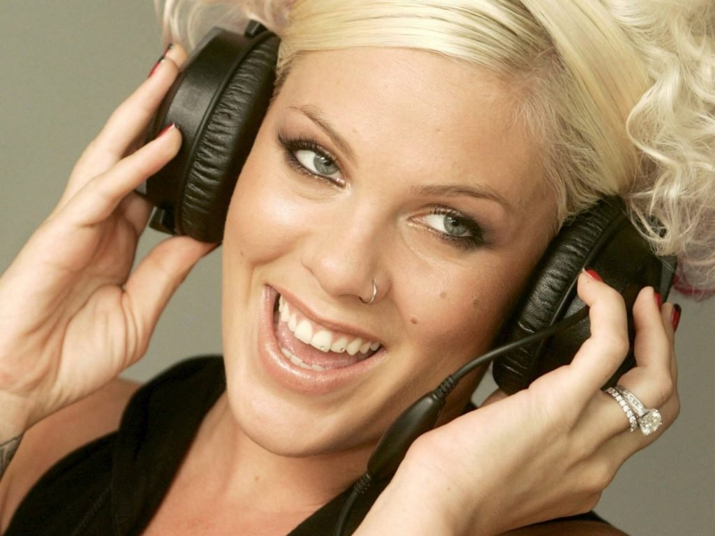 headphones-blondes-women-models-headset-piercings-rock-music-smiling-singers-nose-piercing-pink-singer-HD-Wallpapers