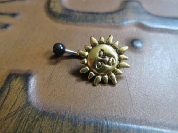 33160916-belly-button-piercing