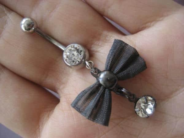 41160916-belly-button-piercing