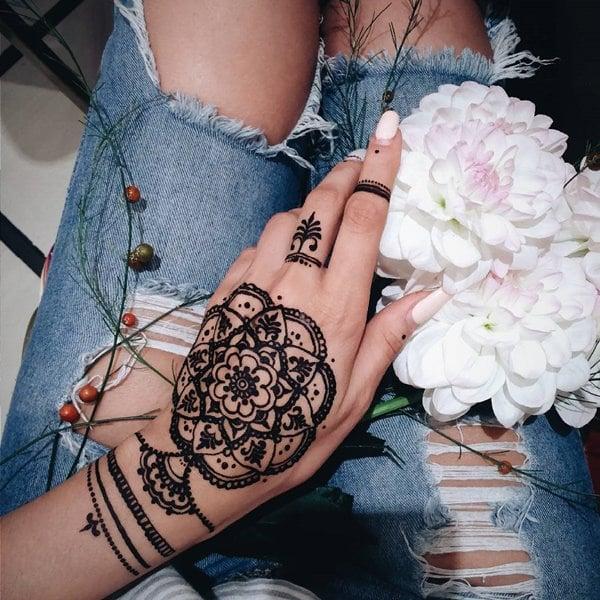 11200916-henna-tattoo