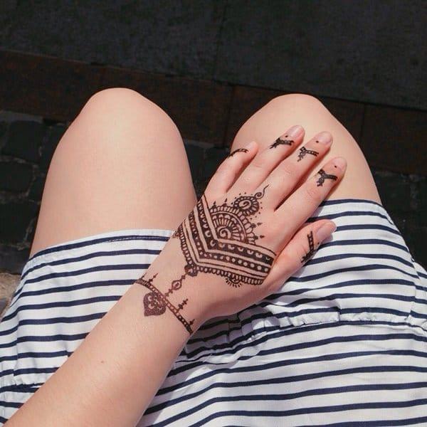 14200916-henna-tattoo
